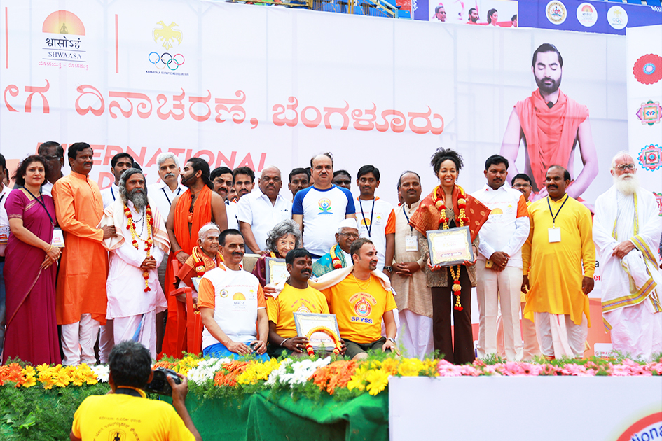 98-year-old yoga master Tao Porchon-Lynch, Anna Hazare, 97-year-old Amma V. Nanammal, Teresa Kay-Aba Kennedy and other honorees on stage at International Day of Yoga at Kanteerava Outdoor Stadium in Bangalore, India - June 21, 2017